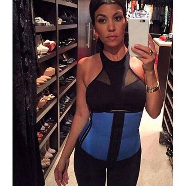 Kourtney Kardashian também usa a cinta modeladora (Foto: Reprodução/Instagram)