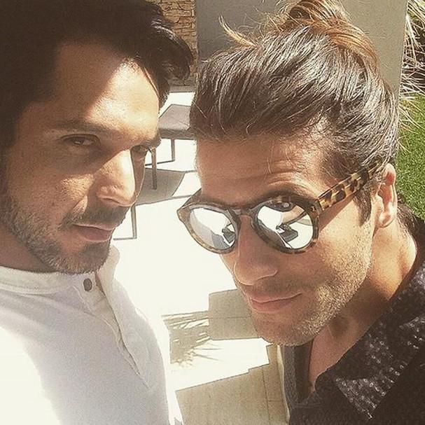 Bruno Gagliasso e o hair stylist Renner Souza (Foto: Reprodução Twitter)