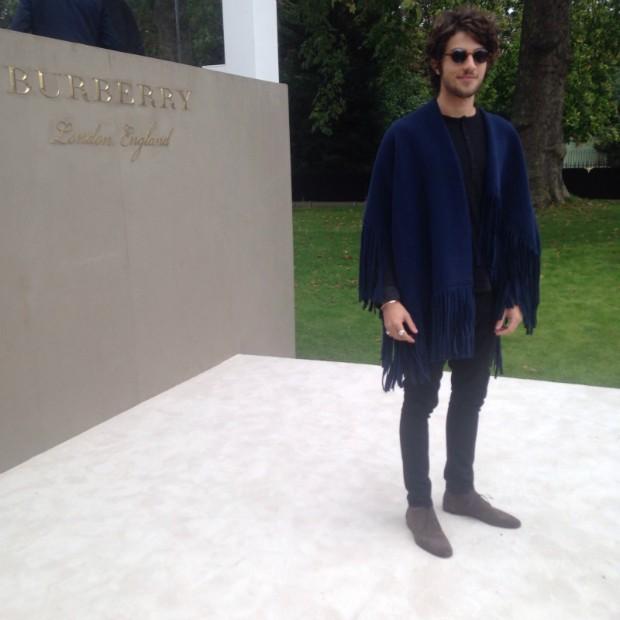 Chay Suede assiste ao desfile da Burberry na Semana de Moda de Londres (Foto: Luciane Angelo)