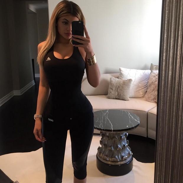 No Instagram, Kylie Jenner surpreendeu seguidores com uma cintura superfina (Foto: Reprodução Instagram)