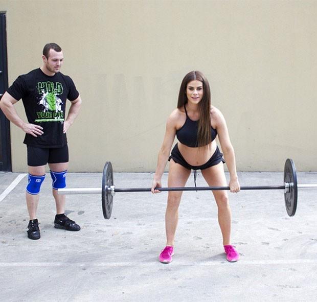 A modelo fitness e nutricionista não deixou de treinar mesmo durante a gestação (Foto: Reprodução Instagram)
