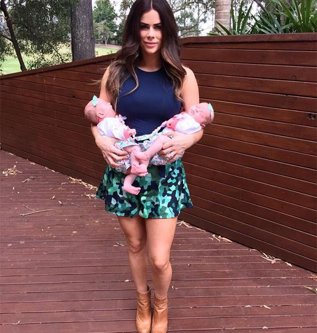 Sophie Guidolin com as duas filhas gêmeas (Foto: Reprodução Instagram)