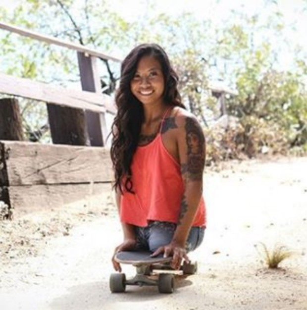 Kanya Sesser usa o skate para se locomover com mais rapidez (Foto: Reprodução/Instagram)