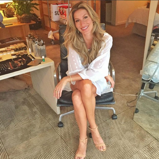 Gisele posa pronta antes da sessão de autógrafos (Foto: Reprodução/Instagram)