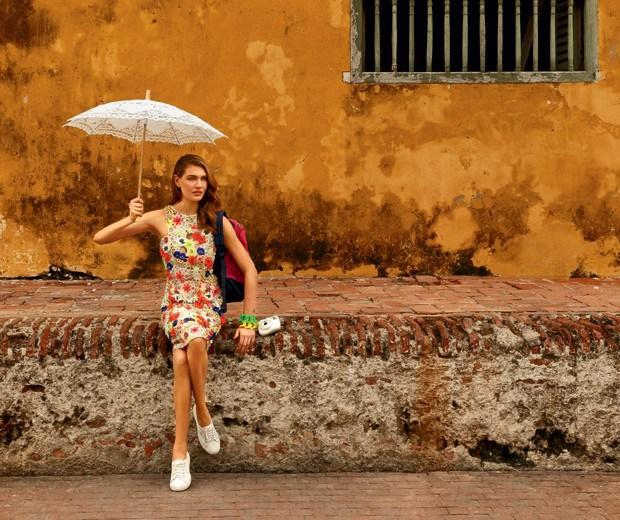 Os bordados fluo dão mais vida às produções clarinhas (Foto: Fernando Louza / Edição de moda: Paulo Martinez (SD MGMT))