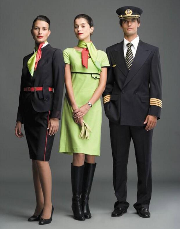 Os funcionários da TAP vestem uniformes desenvolvidos pelos estilistas portugueses Manuel Alves e José Gonçalves (Foto: Divulgação)