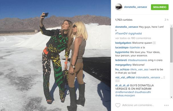 Donatella Versace em sua primeira foto, com Gigi Hadid (Foto: Reprodução Instagram)