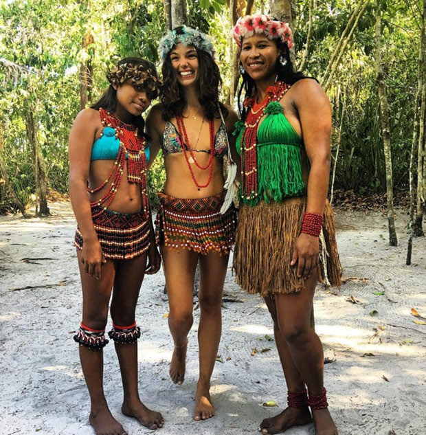 Isis Valverde posa com mulheres indígenas na Bahia