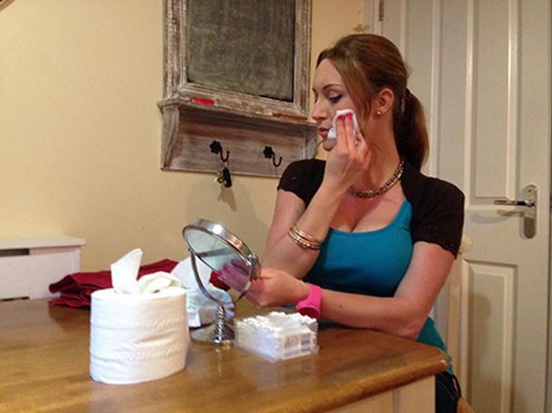 Tracy Kiss se preparando pro ritual de beleza (Foto: Reprodução TracyKiss.com)