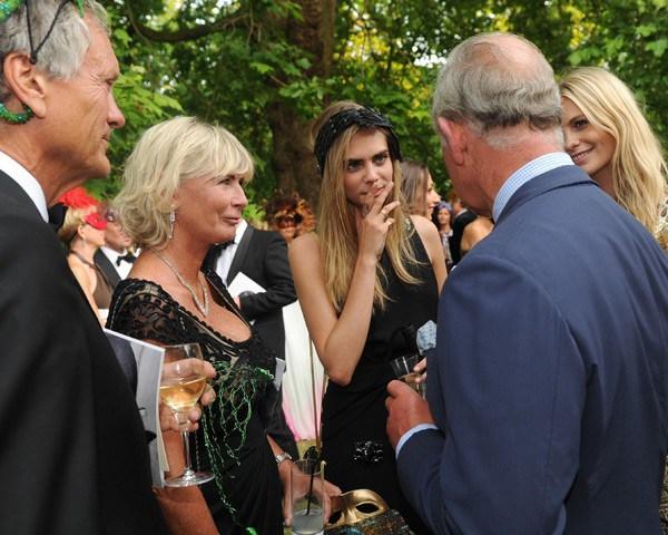 Charles, Pandora, Cara e Poppy Delevingne conversam com príncipe Charles (Foto: Getty Images)