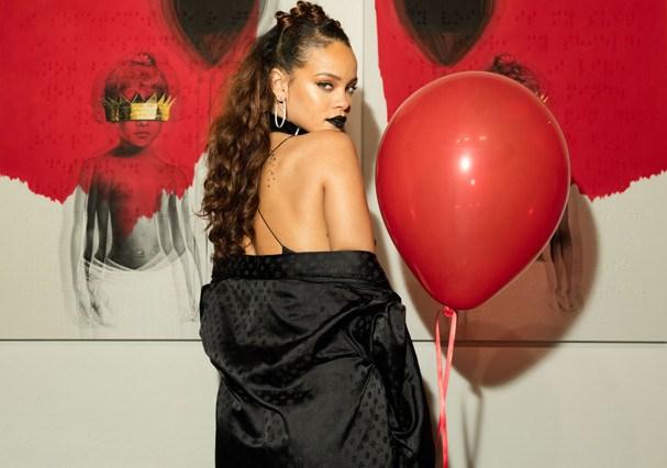 Rihanna divulgando a capa do álbum