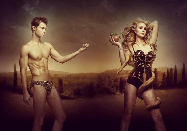 """Paris Hilton faz ensaio sexy """"Adão e Eva"""" usando corset de ferro"""