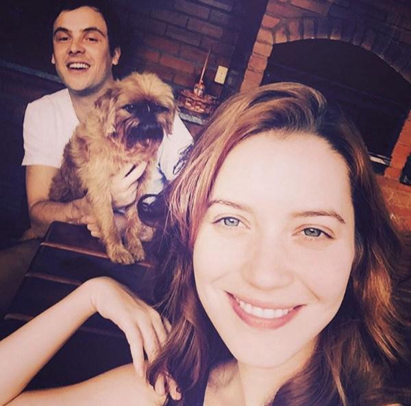"""Nathalia Dill posa com Sérgio Guizé e o cachorrinho de estimação e se derrete: """"Meus amores"""""""