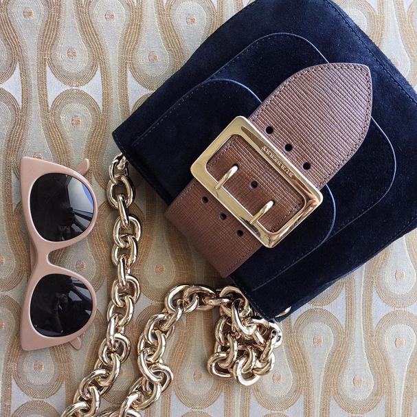 Óculos de sol com armação grossa e colorida (Foto: Reprodução/ Instagram)