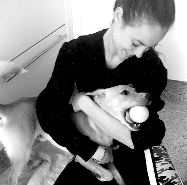 Paolla Oliveira posa sorridente com novo cachorro de estimação
