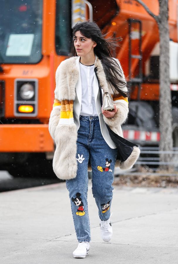 Jeans com patches é a moda anos 90 que ressurgiu poderosa em 2016! (Foto: Agência Fotosite)