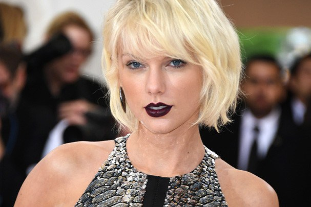 Taylor Swift trouxe o cabelo encaracolado de volta!