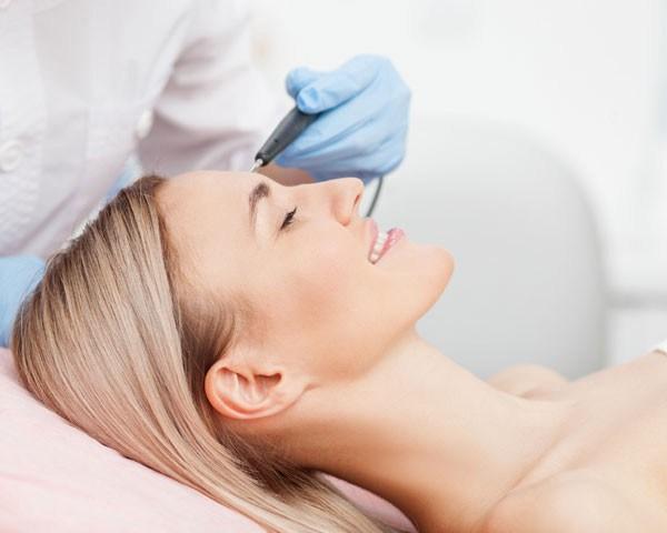 O laser facial é um dos tratamentos mais procurados no inverno (Foto: Think Stock )