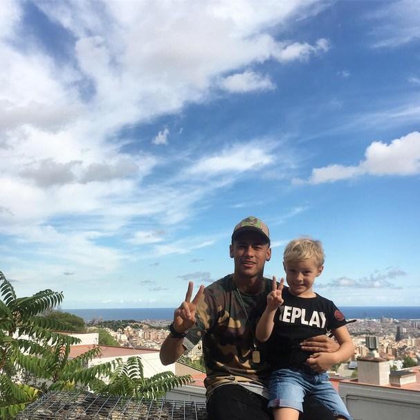 Neymar curte domingão com filho e posa sorridente com David