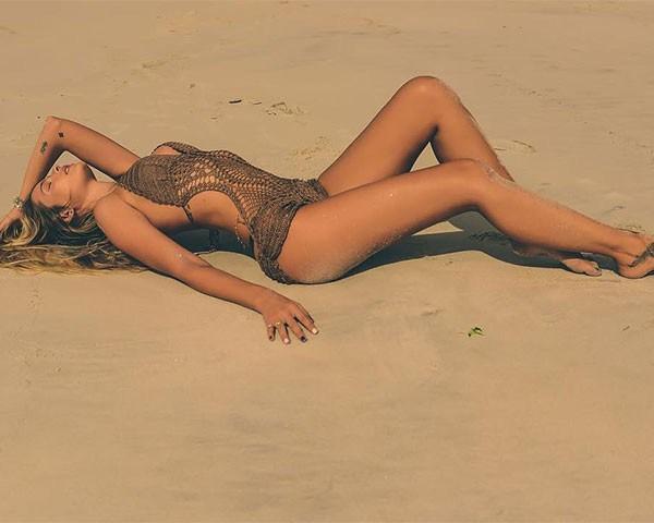 Sereia: Yasmin Brunet impressiona com clique sensual na praia