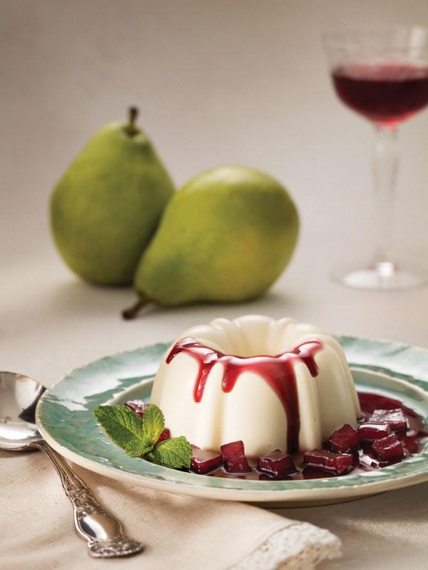 Veja como preparar panacota de pera com calda de vinho do Porto