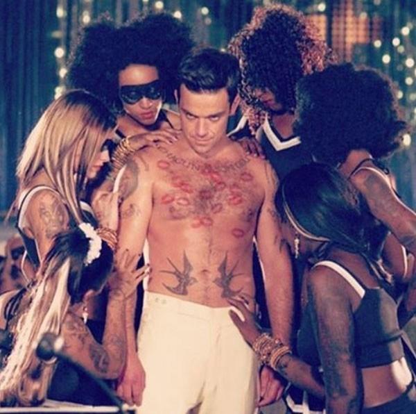"""Robbie Williams diz que evita sair de casa por ter """"propensão para transar com estranhos"""""""