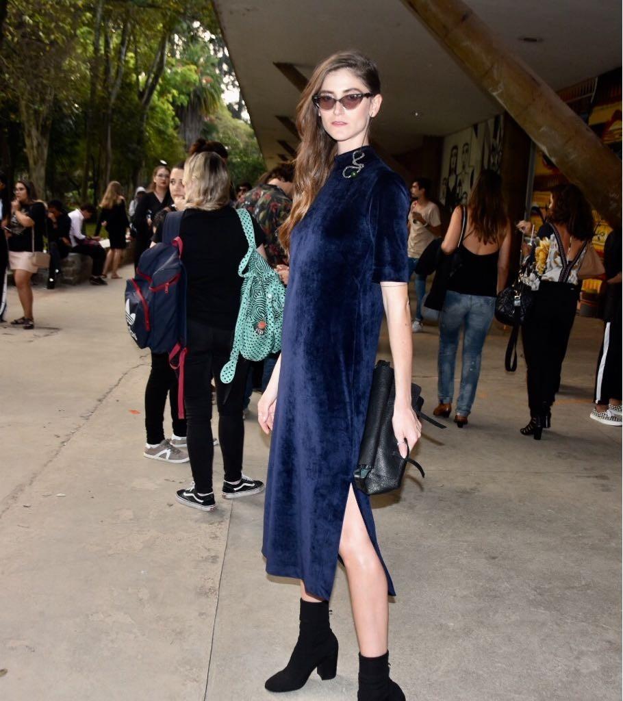 Vestido de veludo molhado combinado a ankle boot (Foto: Camila Zarzur)