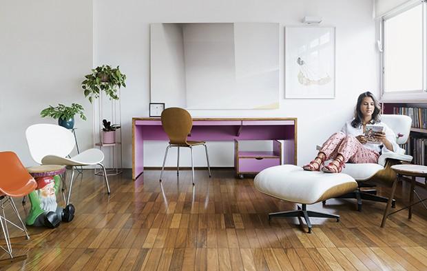 Ana na cadeira Charles Eames, ao lado da mesa da marcenaria Baraúna e de vasos da Selvvva (Foto: Christian Maldonado)