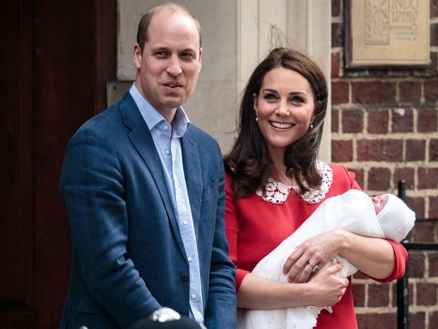 Ao lado do príncipe William, Kate Middleton deixa o hospital após dar à luz seu terceiro filho (Foto: Getty Images)