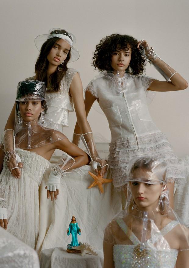 Vestidos, capas, chapéu, bonés, luvas e bijoux, tudo Chanel (Foto: Zee Nunes)