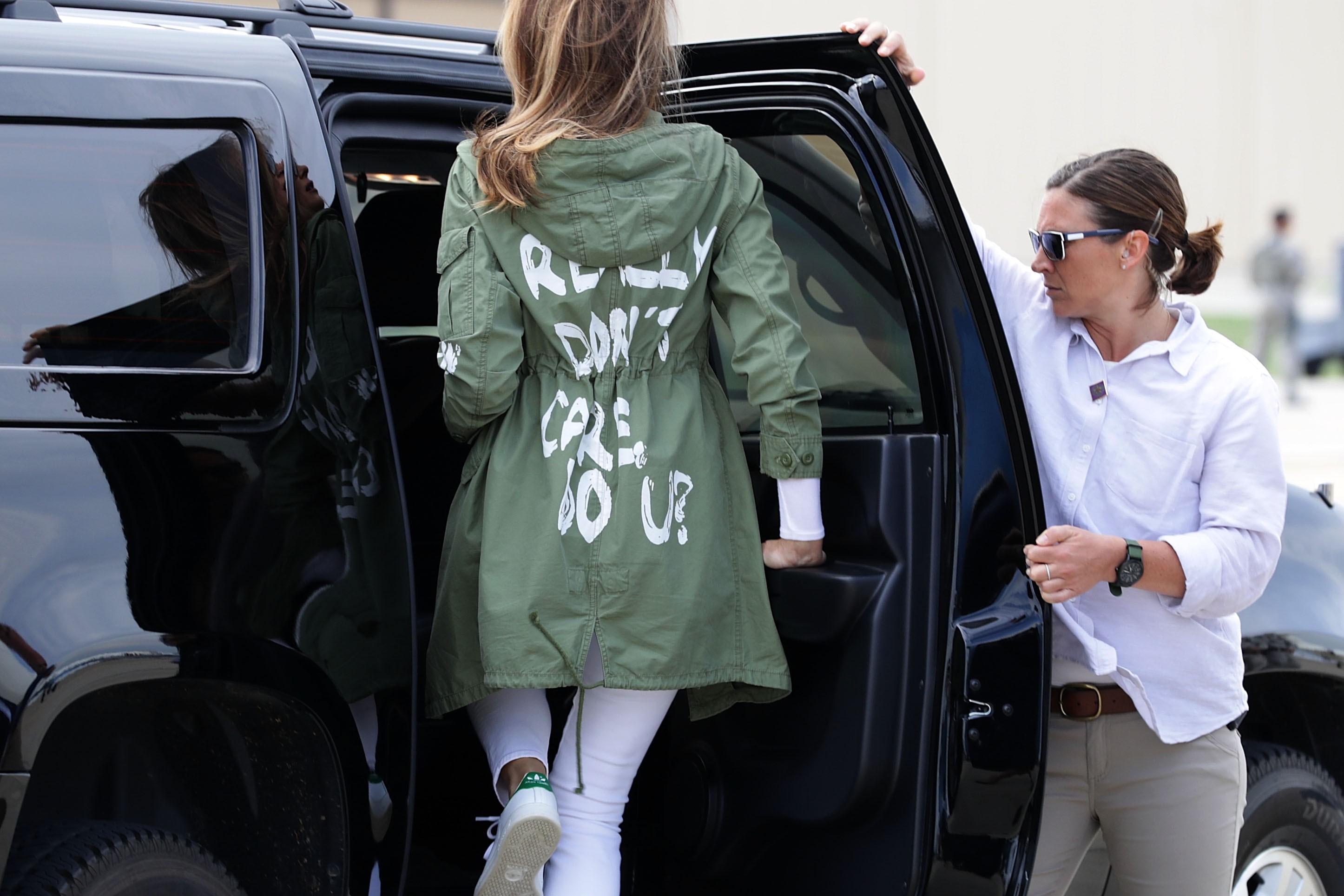 Melania usa jaqueta com frase de que não de importa em dia de visita a centro de imigrantes (Foto: Getty Images)