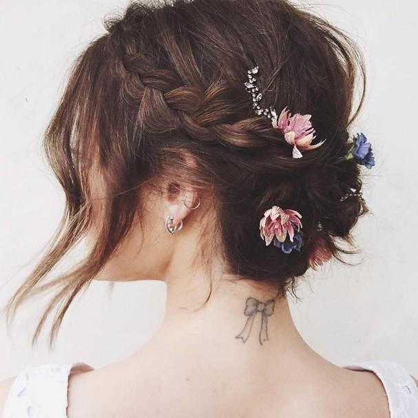 Lucy Hale com trança e coroa de flores (Foto: Reprodução/Instagram)