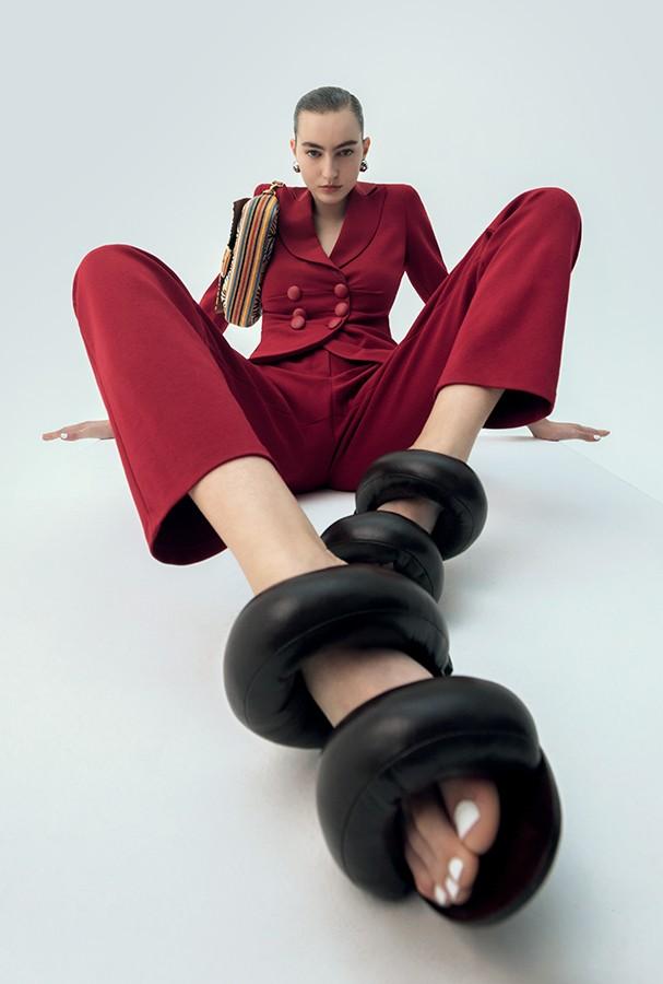 Karolina Bretzke usa blazer, R$ 4.500, e calça, R$ 1.900, ambos Emporio Armani. Brincos, R$ 3.200, Louis Vuitton; bolsa, R$ 26.500, Fendi; sandálias, R$ 980, Room. (Foto: Gabriela Schmidt)