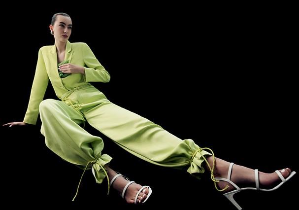 Blazer, R$ 1.920, e calça, R$ 1.930, ambos Tufi Duek.  Brincos, R$ 3.200, Louis Vuitton; bolsa, R$ 399, Lust for Wander; sandálias, R$ 150, Amaro. (Foto: Gabriela Schmidt)