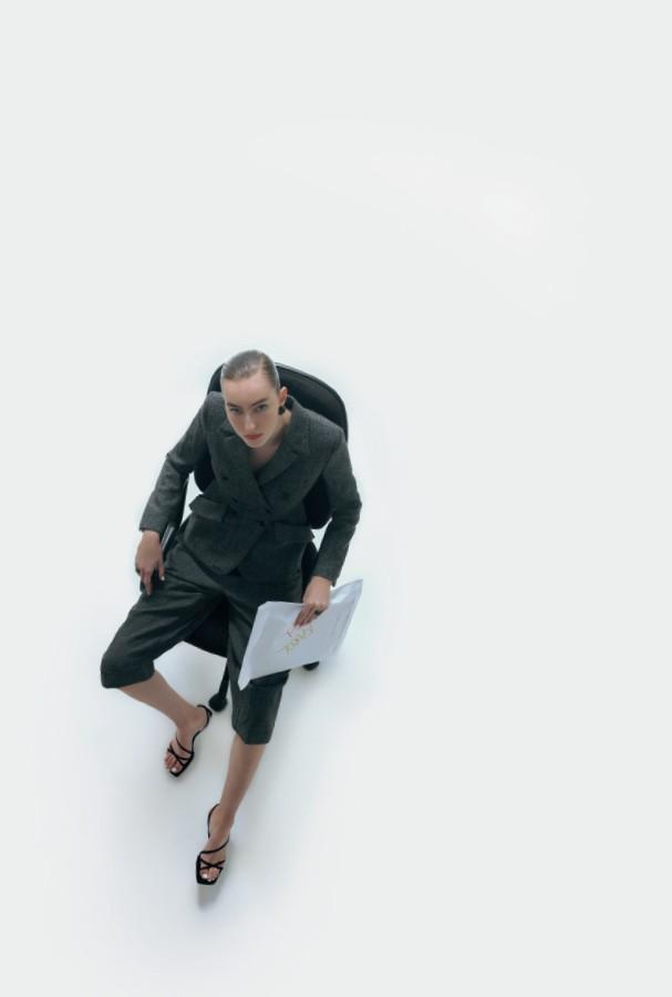 Blazer e calça, ambos Dior. Tornozeleiras, a partir de R$ 790, ambas Monte Carlo; sandálias, R$ 130, C&A. (Foto: Gabriela Schmidt)