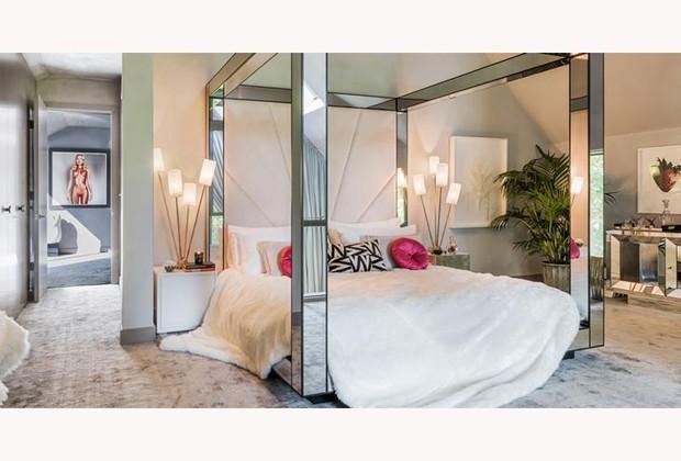Um dos cinco quartos da mansão: Kate se inspirou em música pop e alguns dos seus ídolos, como David Bowie (Foto: Divulgação / Yoo)
