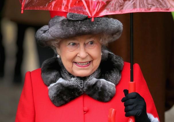 A rainha Elizabeth usa mais de cinco looks para ficar na sala no Natal (Foto: Getty Images)