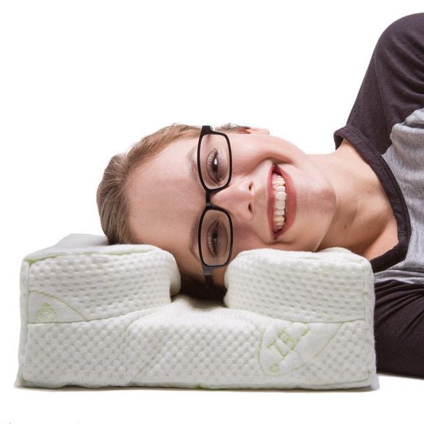 Criaram um travesseiro perfeito para quem usa óculos e gosta de ler deitado (Foto: Divulgação)