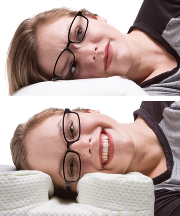 Criaram um travesseiro p-e-r-f-e-i-t-o para quem usa óculos e gosta de ler deitado (Foto: Divulgação )